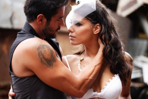 Ex-BBBs Fran e Diego posam juntos em clima quente para o Paparazzo