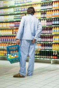 homem de pijama no supermercado