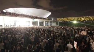Dia de protestos em Brasília termina com rastro de destruição na Esplanada