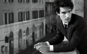 Louis Garrel é rosto do novo perfume Valentino Uomo