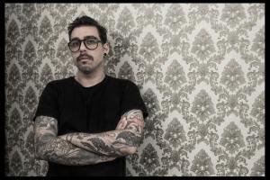 Chaim Machlev  libera o estúdio de tatuagem Dotstolines, na Alemanha