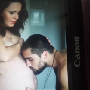 Rafael Cardoso não esconde a ansiedade pela chegada da  primeira filha, Aurora. Tanto que postou foto beijando a barriga da mulher, Mariana Bridi, e mandou o registro para o Instagram.