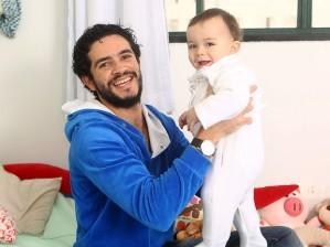 Vinícius de Oliveira comemora primeiro Dia dos Pais: 'Me viro muito bem' Ator diz que é 'um pai meio linha dura' com Benjamim, prestes a completar 1 ano, e fala do carinho do público 16 anos após o filme 'Central do Brasil'.