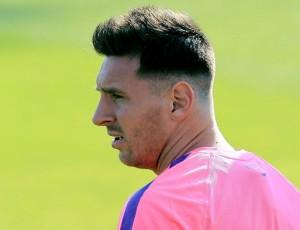 05/08/2014 05h51 - Atualizado em 05/08/2014 10h05 No retorno ao Barça, Neymar não treina, e Messi chega com novo visual (AF)