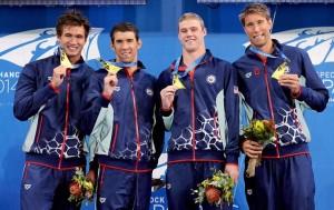 Nathan Adrian, Michael Phelps, Kevin Cordes e Matt Grevers comemoram o ouro no revezamento (Foto: Getty Images)
